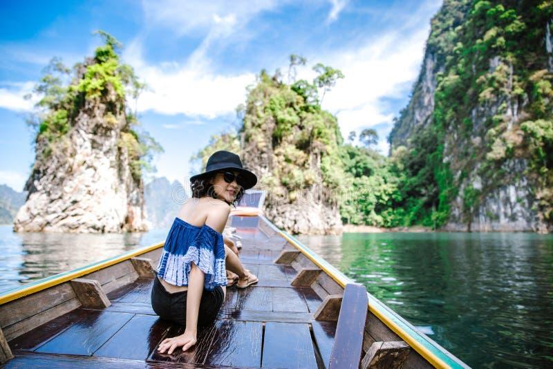 Una bella donna asiatica che viaggia in crogiolo di coda lunga fotografia stock libera da diritti