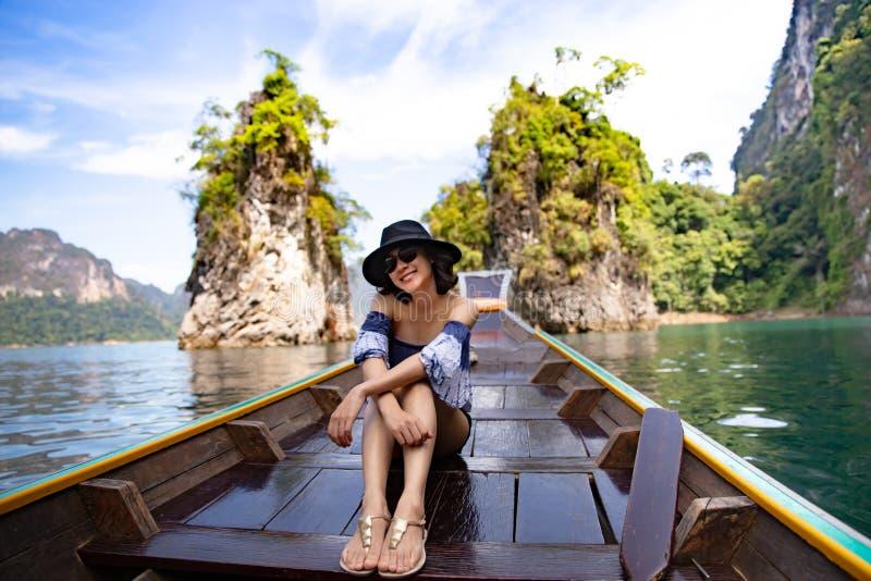 Una bella donna asiatica che viaggia in crogiolo di coda lunga immagini stock libere da diritti