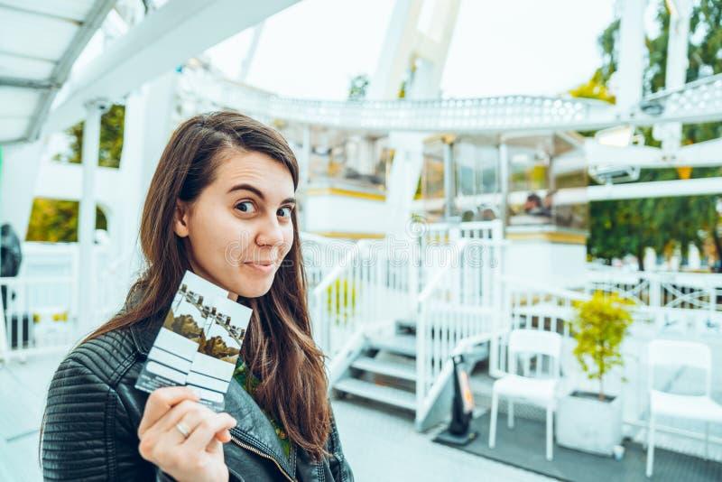 Una bella donna che tiene due biglietti immagine stock libera da diritti