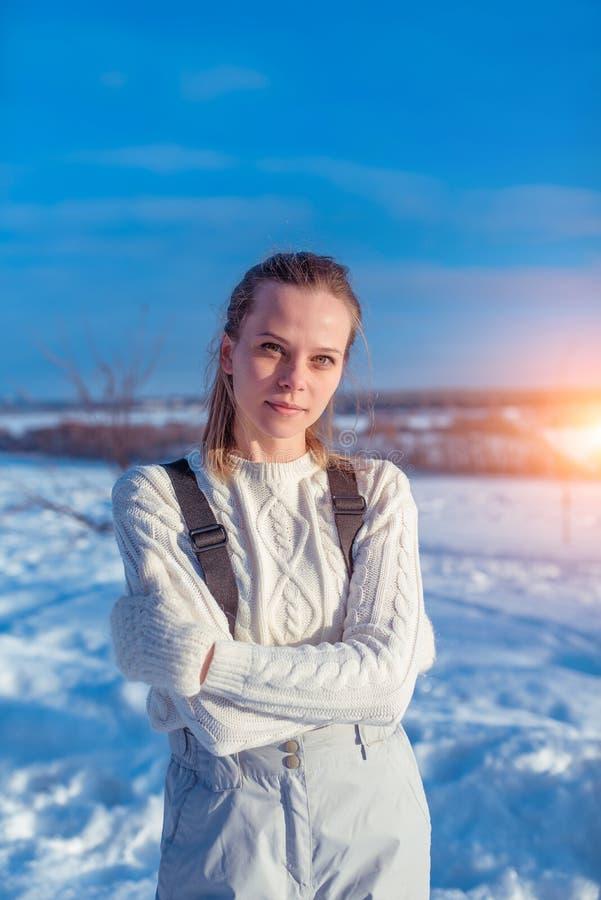 Una bella donna, ragazza in aria fresca del maglione di inverno caldo dei camici Derive della neve del fondo Il concetto della lo fotografia stock libera da diritti