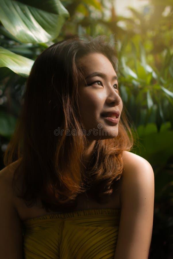Una bella donna usa i suoi occhi dolci che guardano intorno fotografia stock