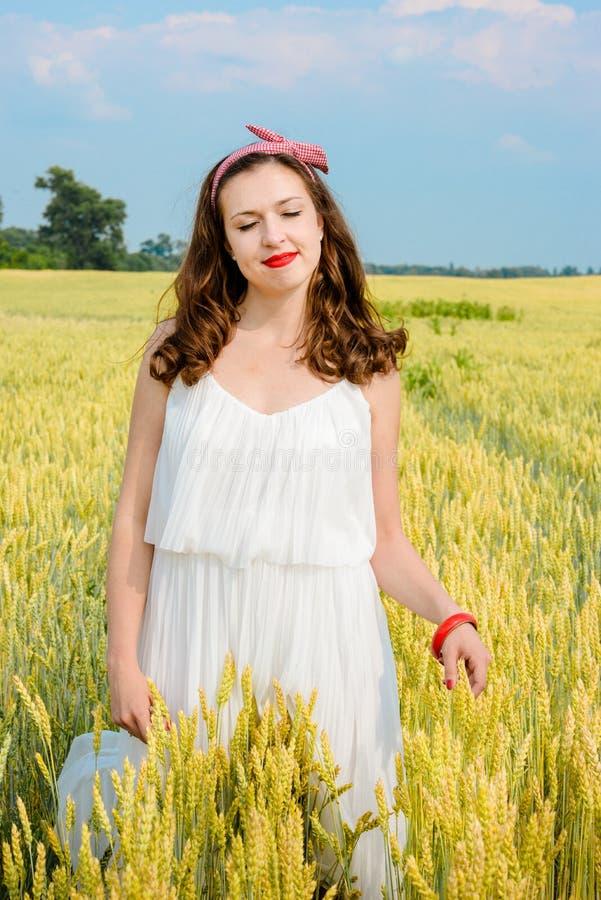 Download Una Bella Giovane Donna Su Un Giacimento Di Grano Immagine Stock - Immagine di armonia, ritratti: 56876867