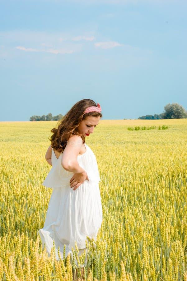 Download Una Bella Giovane Donna Su Un Giacimento Di Grano Fotografia Stock - Immagine di libero, abbastanza: 56876870