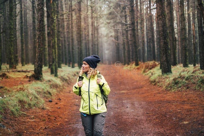 Una bella giovane donna in trekking con uno stile di vita attivo e una straordinaria foresta intorno a lei - persone in attività  fotografie stock
