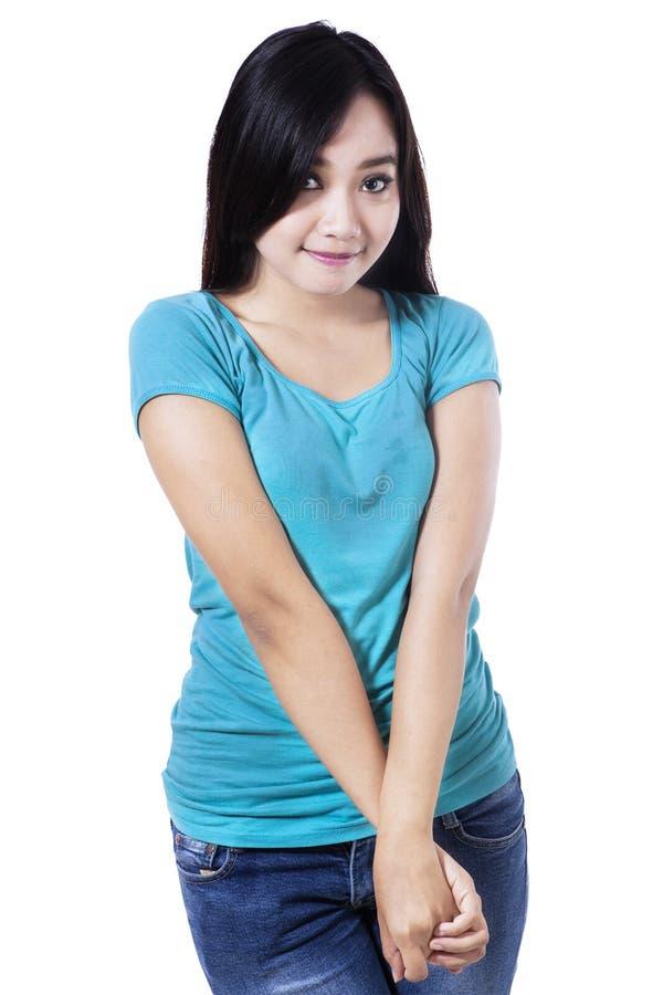 Una bella giovane ragazza asiatica timida immagini stock libere da diritti