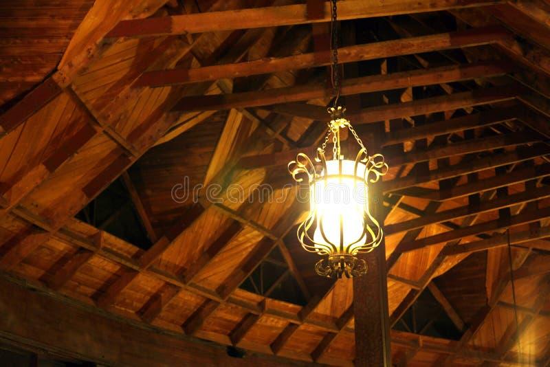 Una bella lampada che pende dal soffitto immagini stock libere da diritti