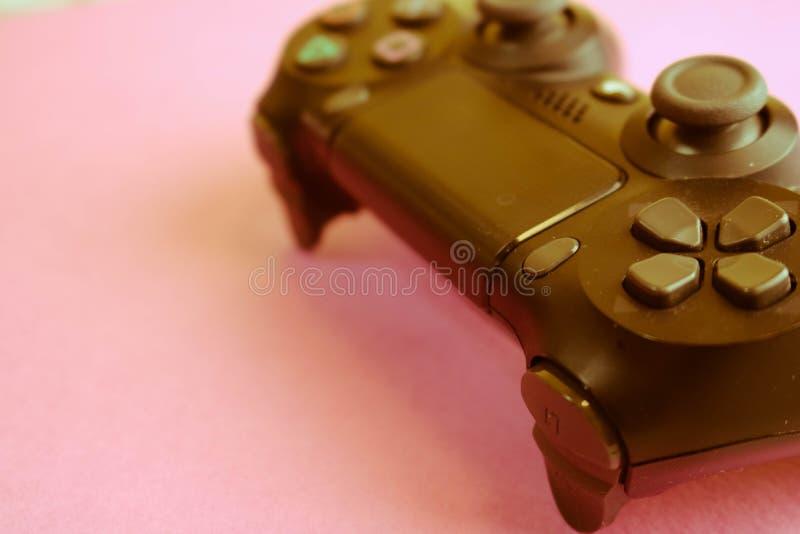 Una bella leva di comando digitale moderna nera del gioco per controllare una console del video gioco per i video giochi con i bo fotografia stock libera da diritti