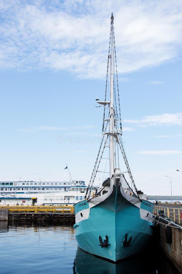 Una bella ma piccola nave con le vele piegate immagini stock