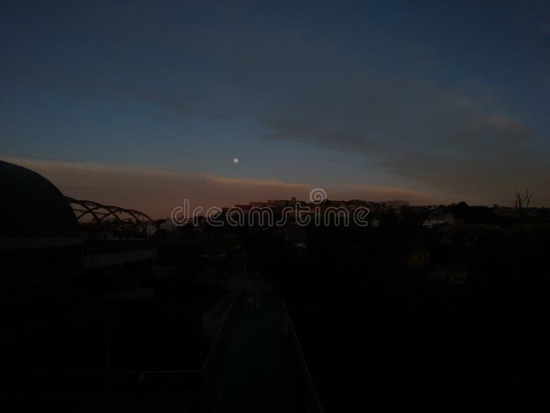 Una bella mattina con la luna nel cielo blu più scuro immagine stock