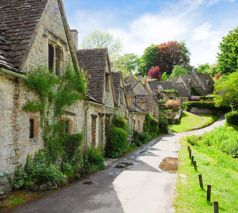 Una bella mattina soleggiata in Bibury, Gloucestershir, Inghilterra, Regno Unito Vecchia via con i cottage tradizionali fotografia stock