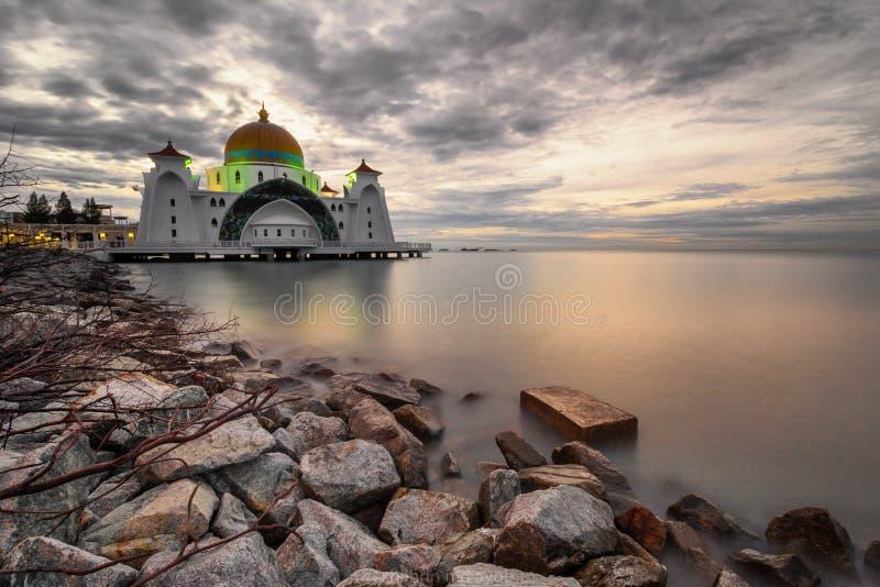Una bella moschea agli stretti del Malacca fotografia stock