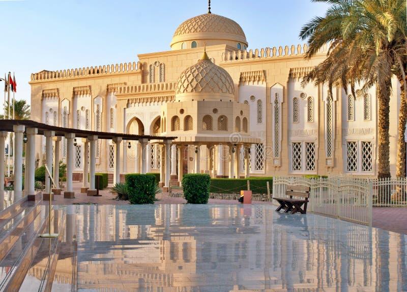Una bella moschea nel Dubai fotografie stock