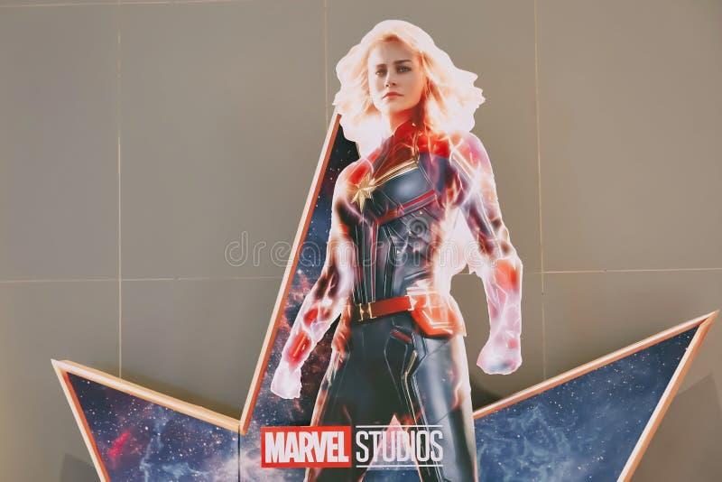 Una bella persona in piedi di un film ha chiamato le stelle di capitano Marvel o di Carol Danvers dalle esposizioni di Brie Larso immagini stock libere da diritti
