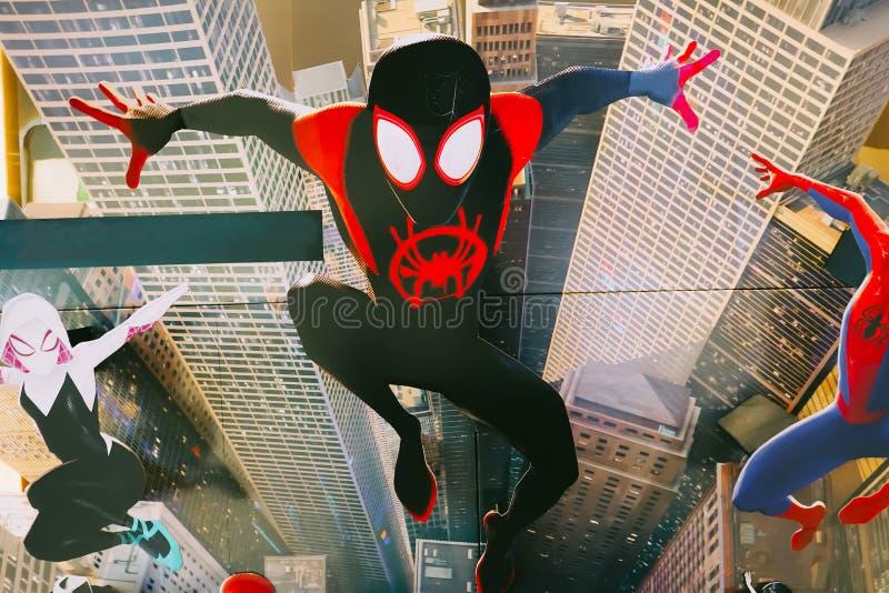 Una bella persona in piedi di un film ha chiamato Spider-Man nell'esposizione di Ragno-verso al cinema per promuovere il film fotografia stock