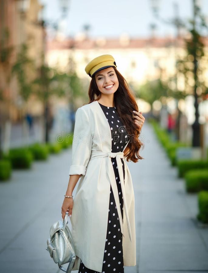 Una bella, ragazza castana affascinante ed alla moda cammina in ci fotografia stock libera da diritti