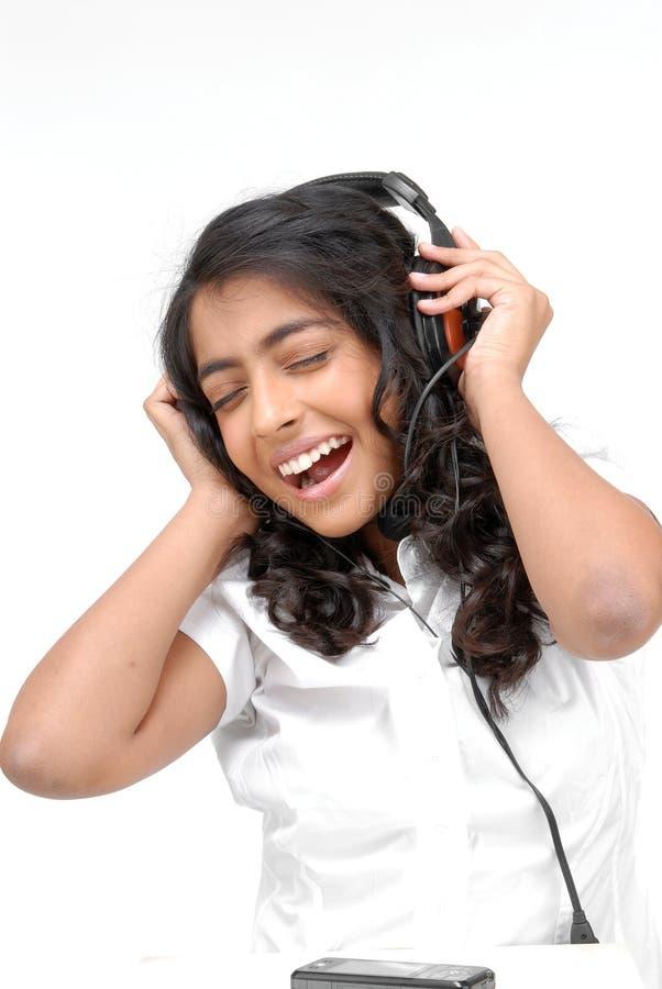 Una bella ragazza che ascolta la musica fotografie stock