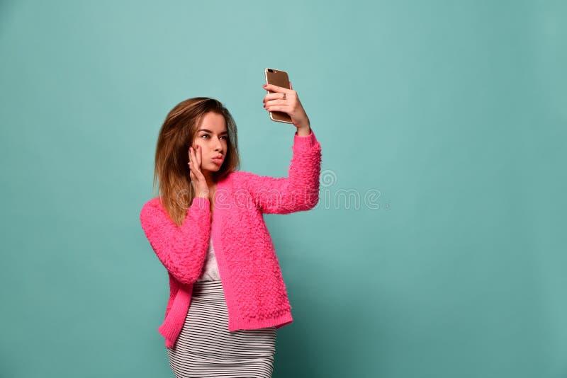 Una bella ragazza che prende selfie immagine stock libera da diritti