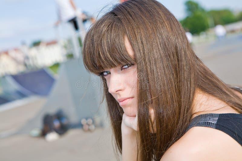 Una bella ragazza con capelli lunghi fotografia stock libera da diritti