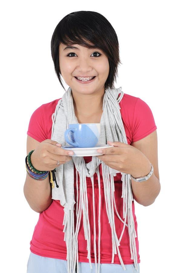 Una bella ragazza con una tazza di tè immagini stock libere da diritti