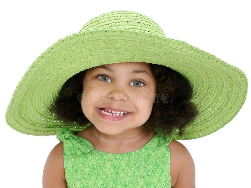 Una bella ragazza di tre anni in grande cappello verde fotografia stock