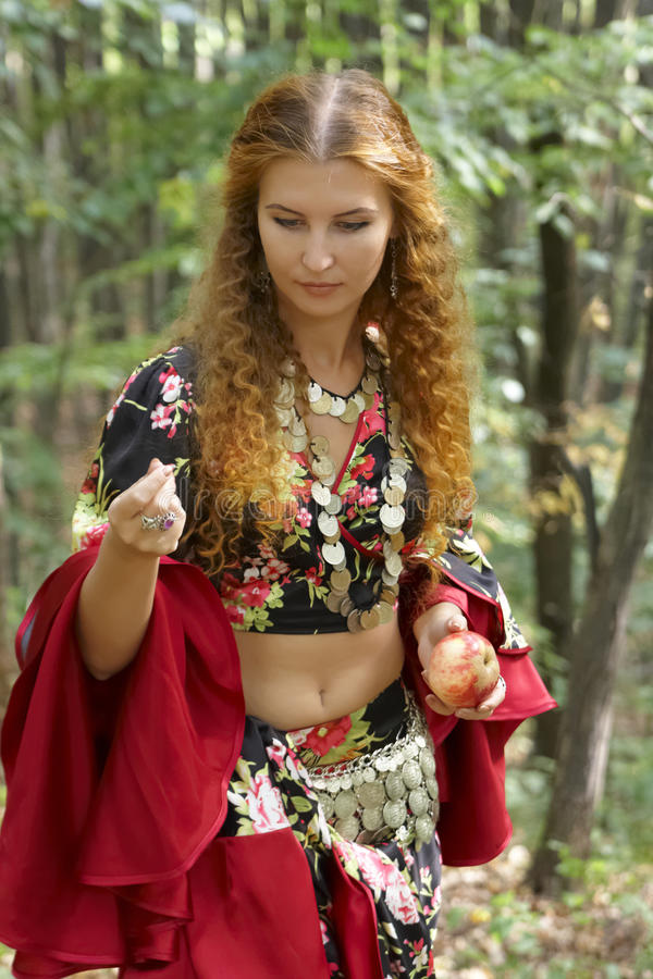 Una bella ragazza ginger-haired in vestito zingaresco fotografia stock libera da diritti