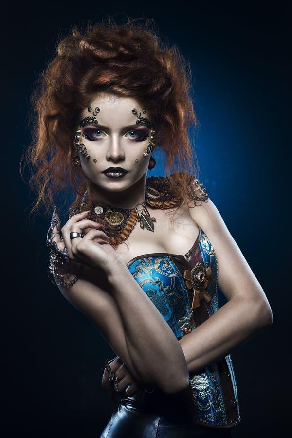 Una bella ragazza premurosa di cosplay della testarossa che porta un costume stile vittoriano dello steampunk con i grandi seni i immagini stock libere da diritti