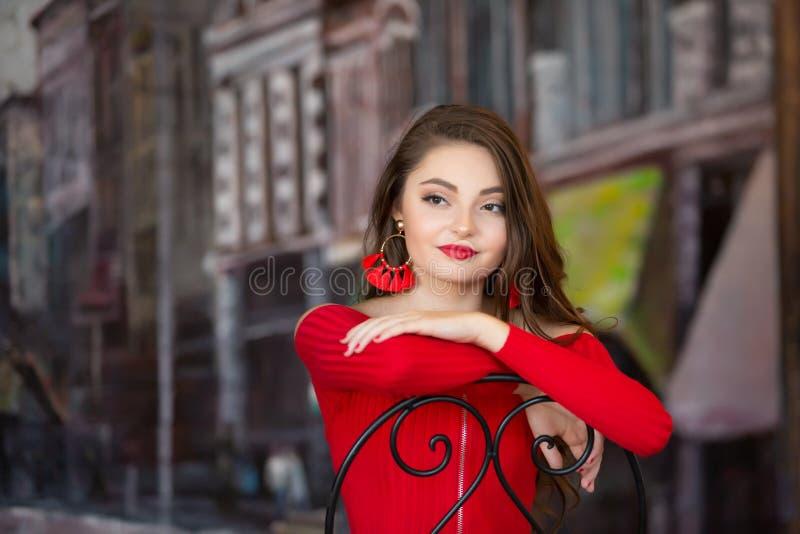 Una bella ragazza senior femminile della High School del caucasain in maglione superiore del raccolto rosso fotografia stock