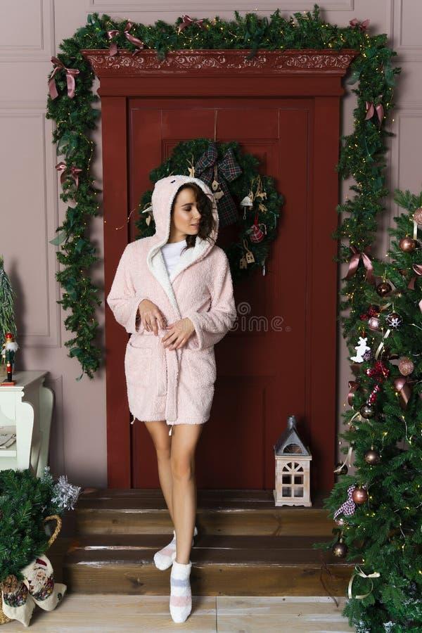 Una bella ragazza sorridente in un abito lanuginoso caldo, vestito in un hoo immagine stock libera da diritti