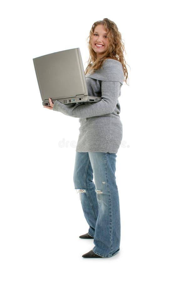Una bella ragazza teenager di sedici anni con il computer portatile fotografia stock libera da diritti