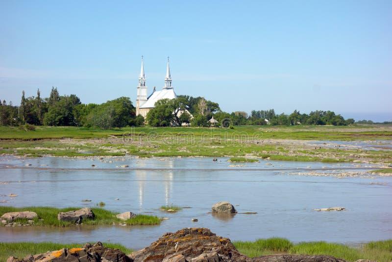 Una bella vecchia chiesa con campanelli da campanella vista nel New Brunswick in primavera fotografia stock libera da diritti