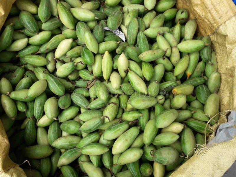 Una bella verdura verde nel mercato in India immagini stock