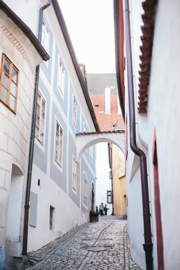 Una bella via stretta nella città di Cesky Krumlov in repubblica Ceca Una di città insolite più belle fotografia stock