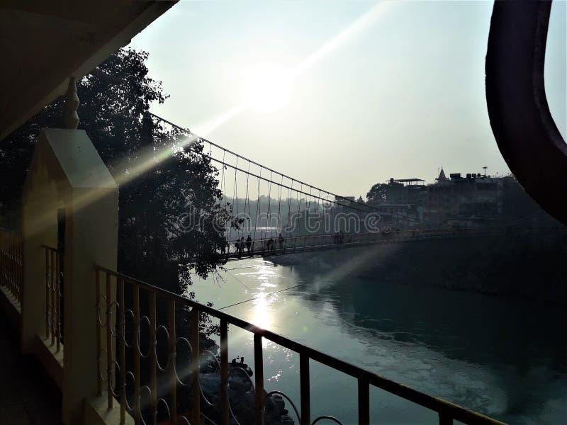 Una bella vista del sole e della sua riflessione sul fiume immagini stock