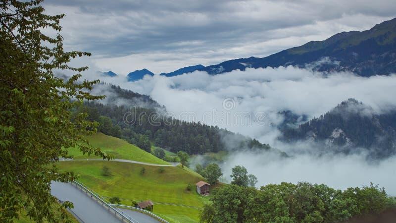 Una bella vista del villaggio alpino nelle Alpi Svizzere immagine stock