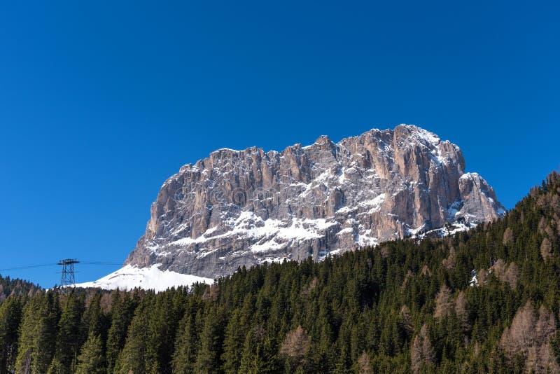 Una bella vista sul Sassolungo Langkofel in primavera nelle dolomia nel Tirolo del sud L'Italia fotografie stock libere da diritti