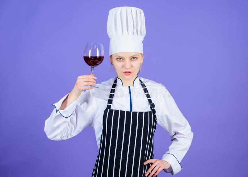 Una bevanda di classe quanto vino rosso Sommelier professionale che tiene la bevanda del bicchiere di vino Miscela graziosa di sa immagine stock