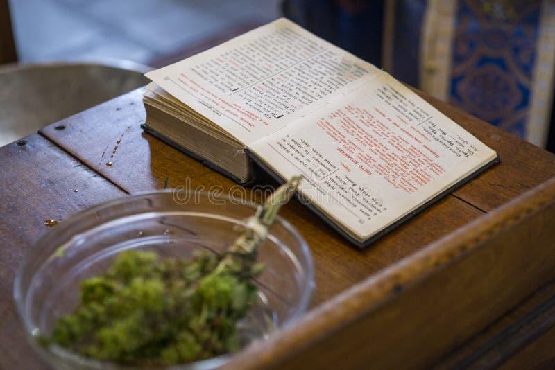 Una biblia cristiana ortodoxa abierta y un ramo de ` del geranio del ` foto de archivo libre de regalías