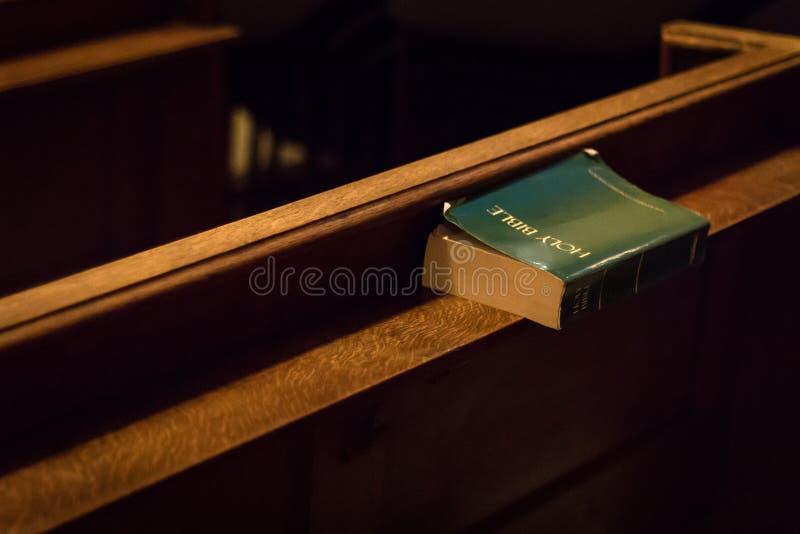 Una biblia se fue en un banco en la iglesia de San Jaime, Londres, Reino Unido imágenes de archivo libres de regalías