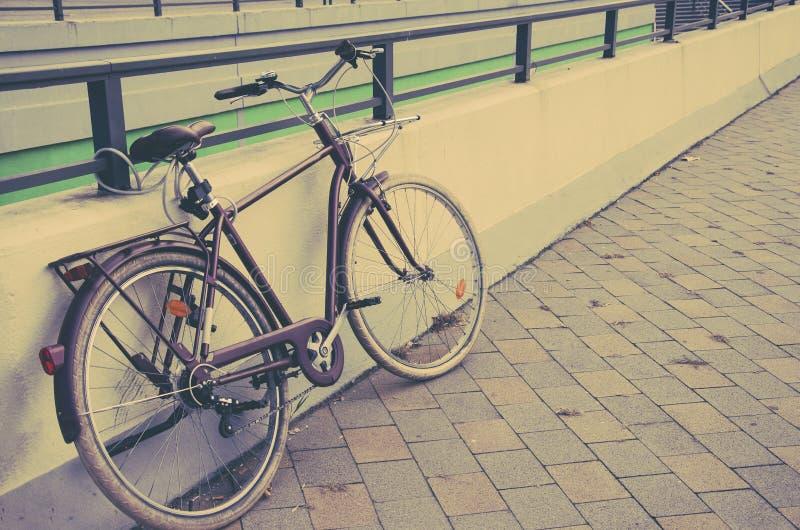 Una bici de la ciudad en la calle fotos de archivo