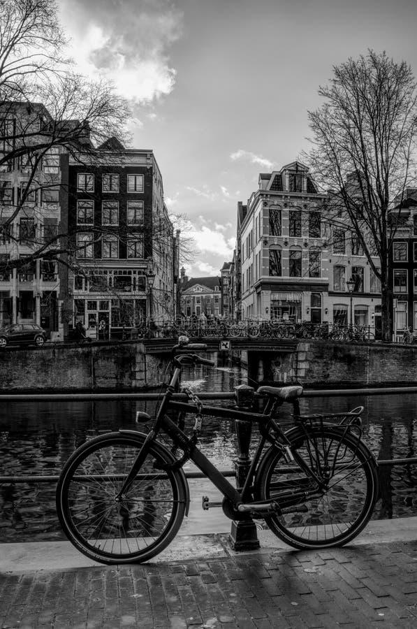 Una bici nel cuore di Amsterdam immagine stock libera da diritti