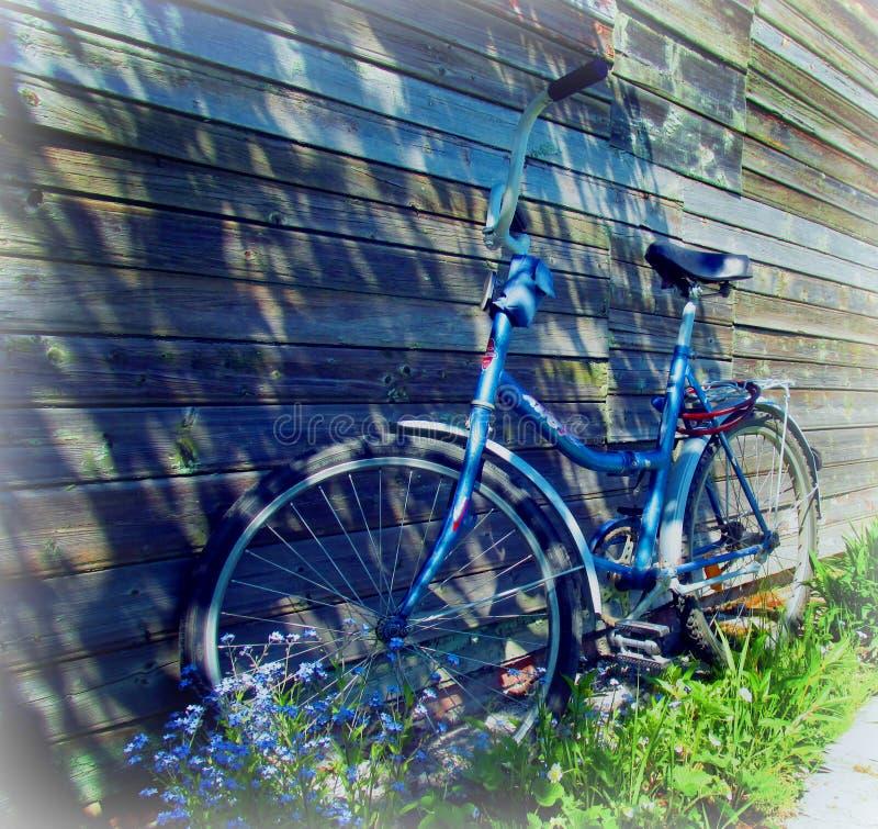 Una bicicleta cerca de una casa del pueblo imagen de archivo libre de regalías