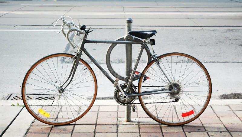 Una bicicleta cerrada para arriba en la calle fotos de archivo libres de regalías