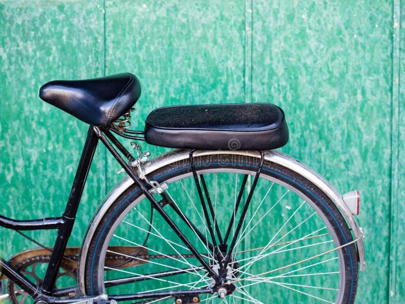 Una bicicleta en la casa de madera fotos de archivo libres de regalías