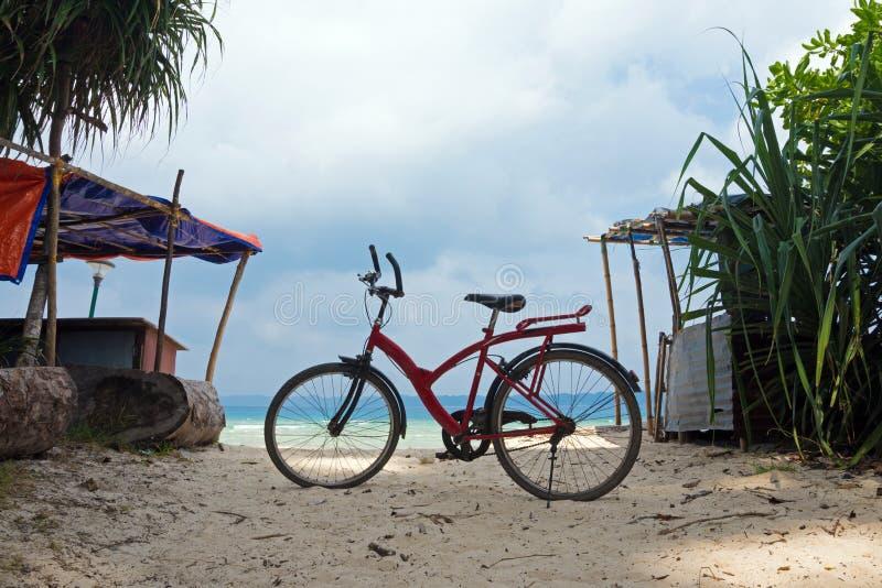 Una bicicleta en la playa hermosa en Tailandia imagenes de archivo