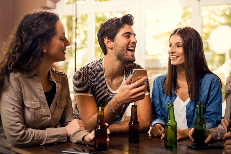 Una birra ? sempre una buona idea immagine stock libera da diritti