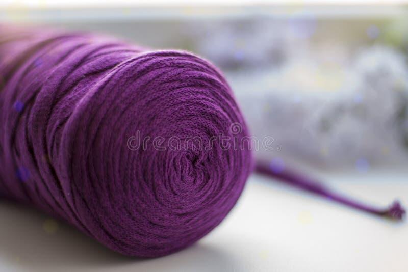 Una bobina del filo di cotone in Borgogna immagini stock