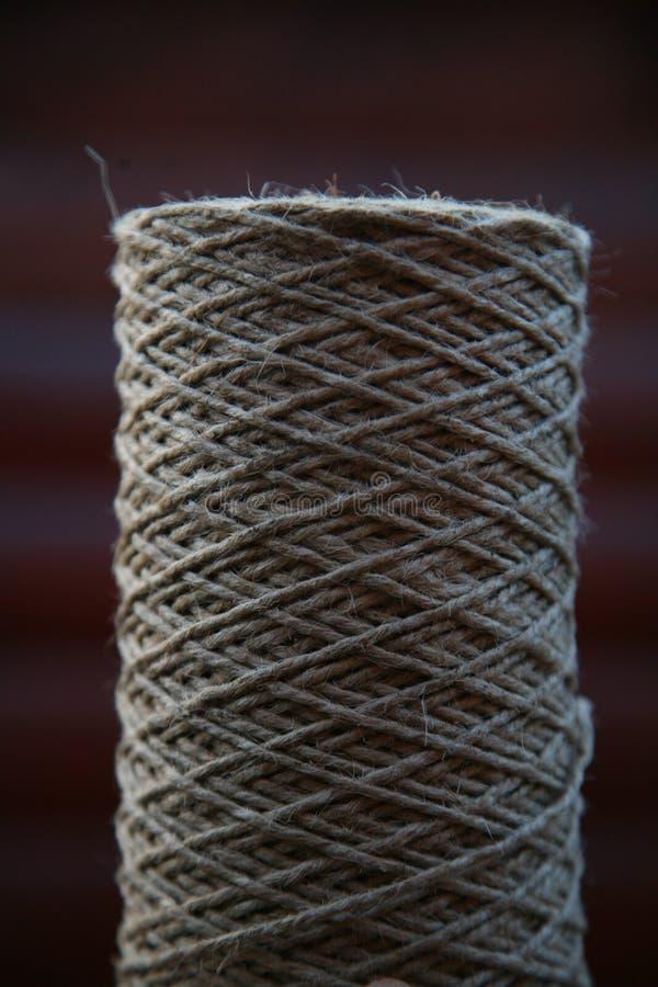 Una bobina della corda approssimativa da materiale naturale immagini stock libere da diritti