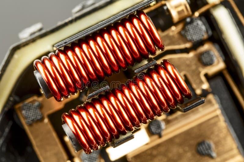 Una bobina eléctrica con base de hierro fotografía de archivo