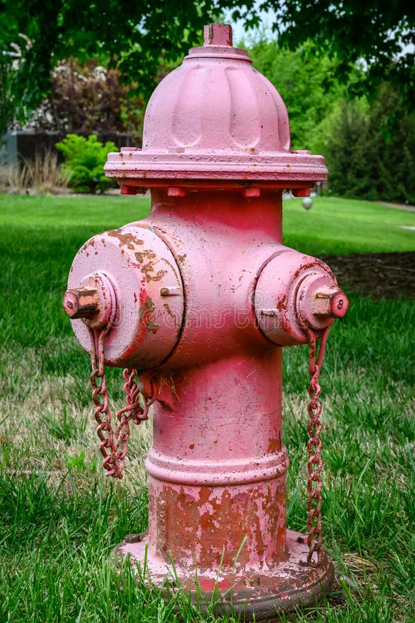 Una boca de incendios roja que se descolora lejos imagen de archivo libre de regalías