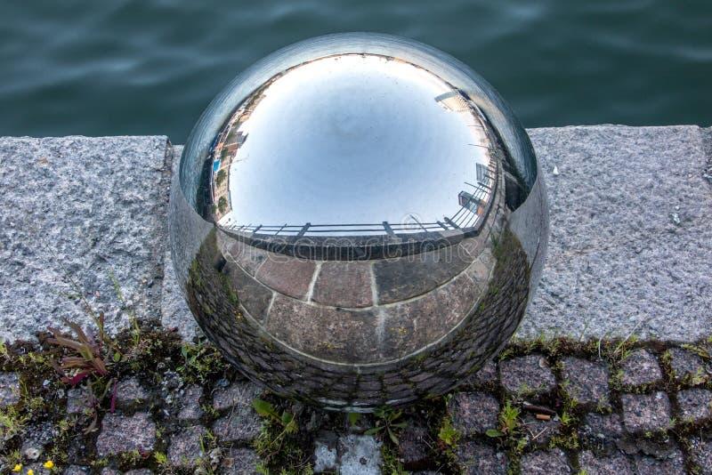 Una bola de acero en la calle foto de archivo libre de regalías